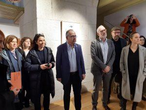 Membros do goberno local durante a inauguración da exposición na Casa do Cabido